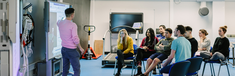 This image shows postgraduate students studying MSc Sport and Exercise Medicine in a lab demonstration.